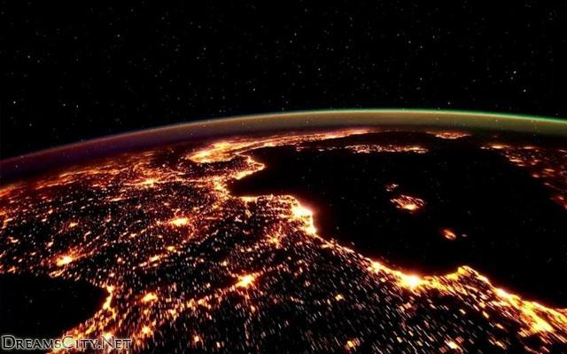 الكرة الارضية الفضاء