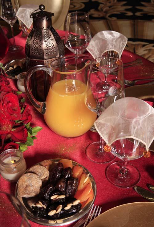 ديكورات الطاولة الحمراء القانية والذهبية والفضيه