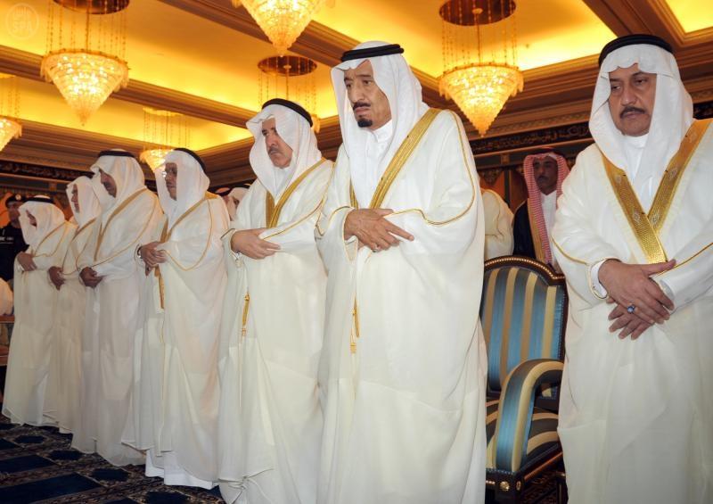 صور خادم الحرمين الشريفين يؤدي صلاة عيد الفطر