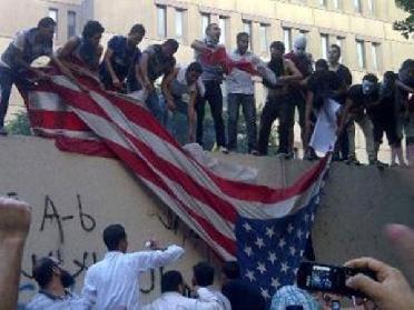 اخبار 13/9/2012 متظاهرون يقتحمون السفارة الامريكية صنعاء ويرفعون
