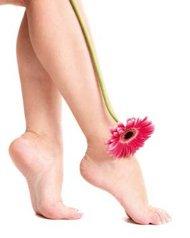 تعتنين بقدميك ساقيك