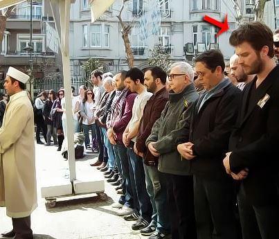 صورة الممثل التركي مهند وهو بيصلي