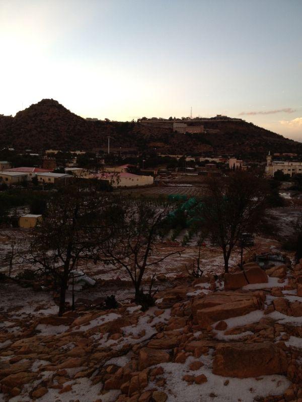 بالصور الثلوج تكسو شفا الطائف السياحي بالبياض