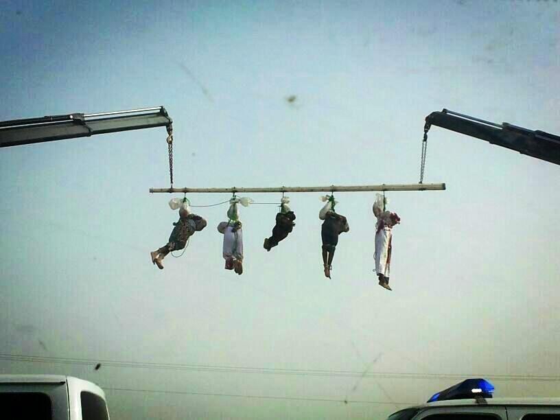 اعدام السعودية وصلبهم لادانتهم بالقتل