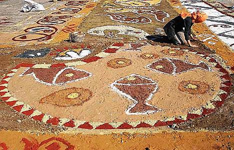اكبر سجادة الرمل يصممها فنان