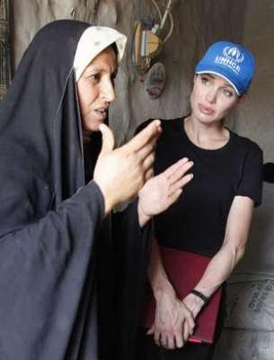 انجلينا جولي خلال احدى زياراتها للعراق