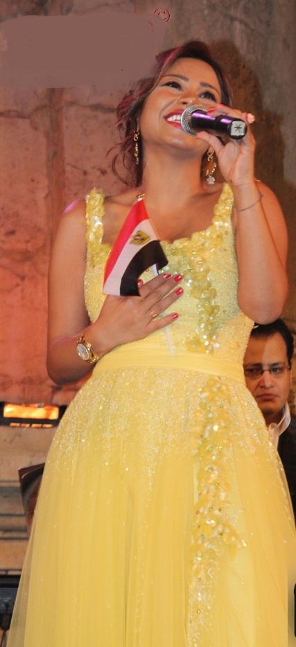 فستان الفنانة مهرجان 2012