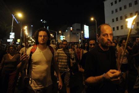 متظاهرون ابيب تكريما للاسرائيلي الذي اشعل النار بنفسه